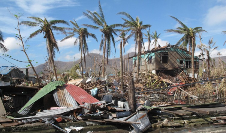 A_few_palm_trees_remain_standing_amid_the_destruction_caused_by_Typhoon_Haiyan_in_the_city_of_Tacloban,_Philippines_(11290331484)